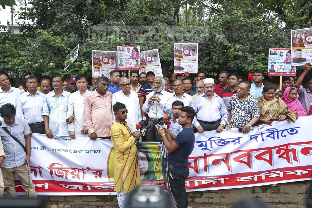 BNP leader Abdul Moyeen Khan demands the release of jailed party chief Khaleda Zia at a human-chain programme organised by Bangladesh Jatiyatabadi Sramik Dal in front of the National Press Club on Wednesday. Photo: Mahmud Zaman Ovi