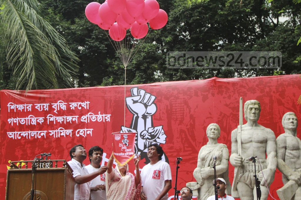 Samajtantrik Chhatra Front releasing balloons in the sky to celebrate its fifth central conference in front of the Aparajeyo Bangla sculpture on the Dhaka University campus on Wednesday. Photo: Mahmud Zaman Ovi