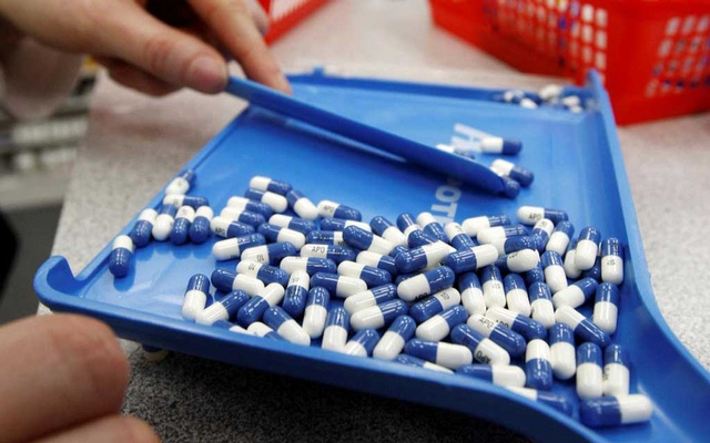 FILE PHOTO: A pharmacist counts pills in a pharmacy in Toronto in this January 31, 2008 file photo. Reuters
