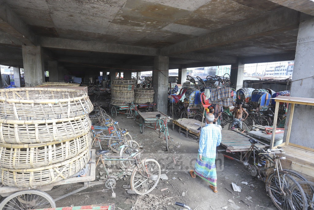 Dhaka South City Corporation constructed a building for a kitchen market at Jatrabari seven years ago, but it is being used as a rickshaw-van garage now. Photo: Asif Mahmud Ove