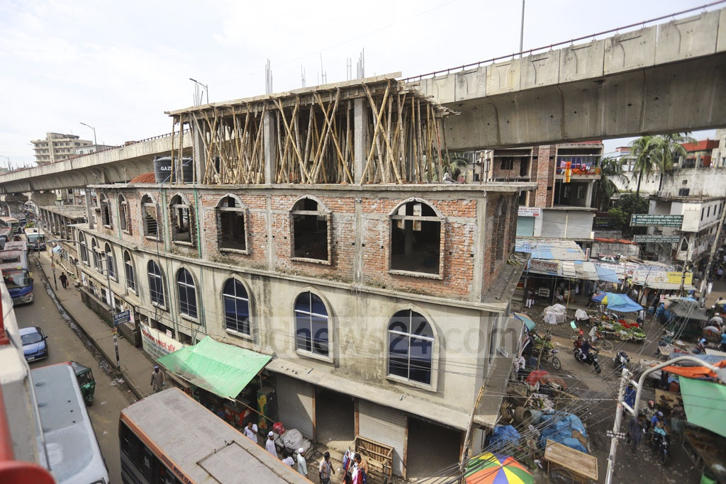 Work is underway to add another floor on top of a three-storey mosque sandwiched between two sections of the Mayor Mohammad Hanif Flyover in the capital's Jatrabari. Photo: Asif Mahmud Ove