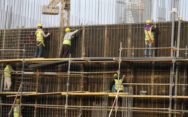 Indian labourers work at the construction site of a building in Riyadh Nov 16, 2014. REUTERS
