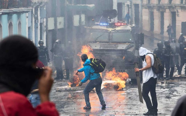 Demonstrators clash with riot police during protests after Ecuador's President Lenin Moreno's government ended four-decade-old fuel subsidies, in Quito, Ecuador October 3, 2019. REUTERS