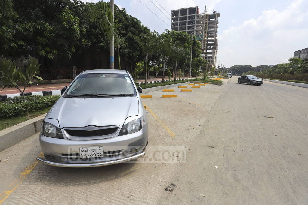 Space has been set aside for car-parking next to the bicycle lanes in Dhaka's Agargaon. Photo: Asif Mahmud Ove
