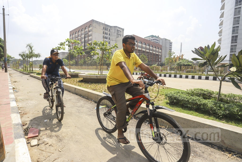 The bicycle lanes on both side of the street in Dhaka's Agargaon are six feet wide. Photo: Asif Mahmud Ove