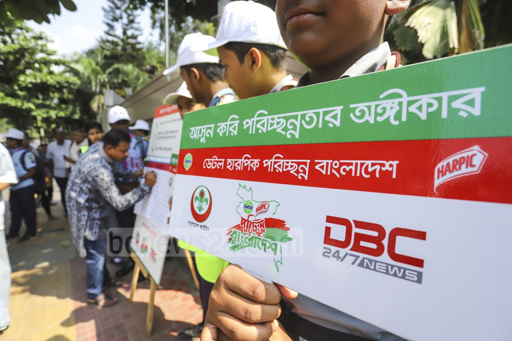 Bangladesh Scouts carried out 'Dettol Harpic Clean Bangladesh' campaign in Dhaka's Karwan Bazar on Saturday. Photo: Asif Mahmud Ove