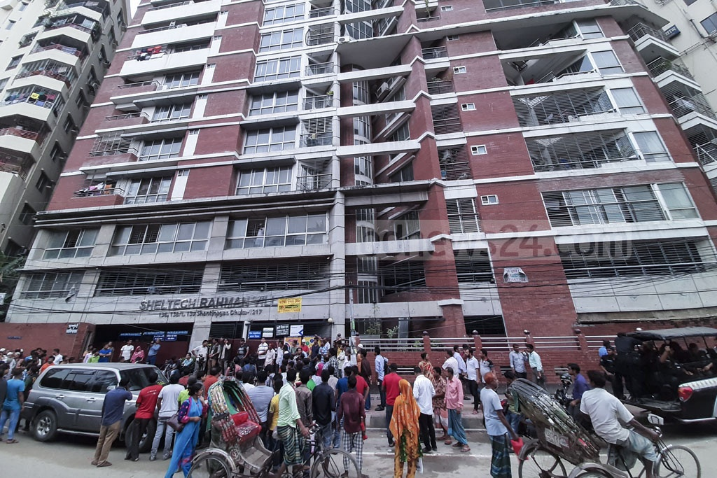 Media workers and onlookers gathered outside Jubo League leader Ismail Hossain Chowdhury Samrat's home at Sheltech Tower in Dhaka's Shantinagar on Sunday during a raid on the building after his arrest over his links to illegal casino business.