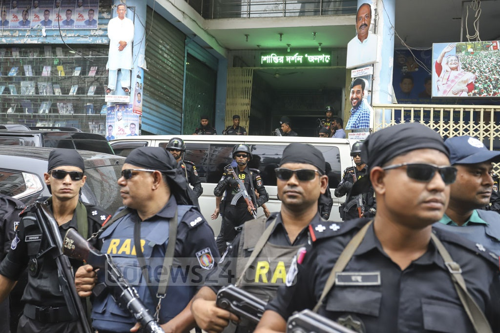 RAB personnel stand guard during a raid on Jubo League leader Ismail Hossain Chowdhury Samrat's office in Dhaka's Kakrail on Sunday after his arrest over his links to illegal casino business. Photo: Mahmud Zaman Ovi