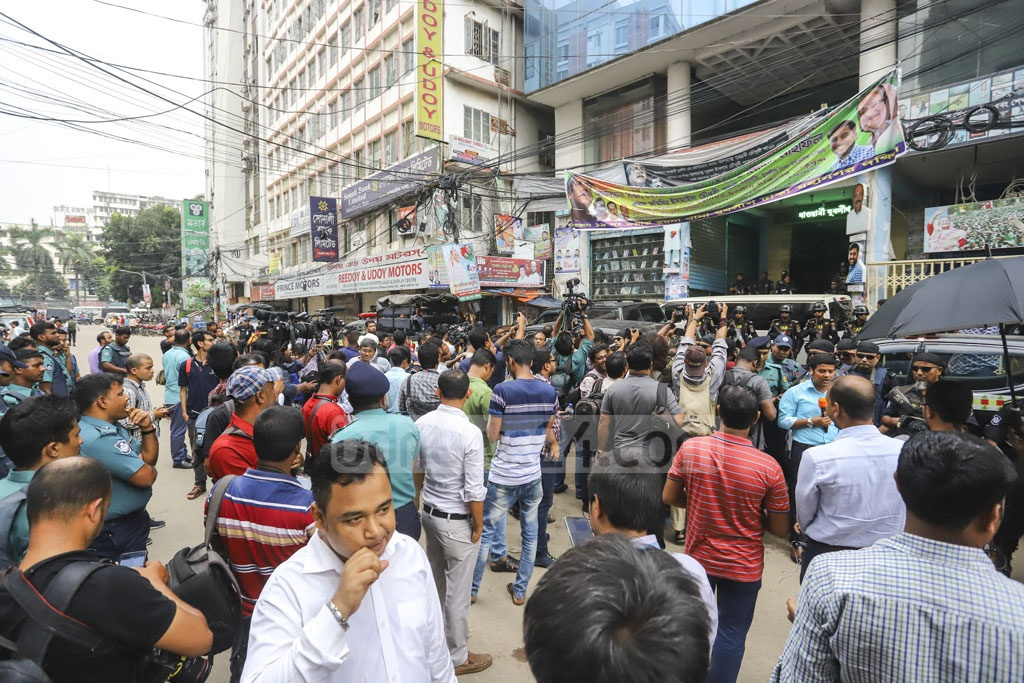 Media workers and onlookers gathered outside Jubo League leader Ismail Hossain Chowdhury Samrat's office in Dhaka's Kakrail on Sunday during a raid on the building after his arrest over his links to illegal casino business. Photo: Mahmud Zaman Ovi