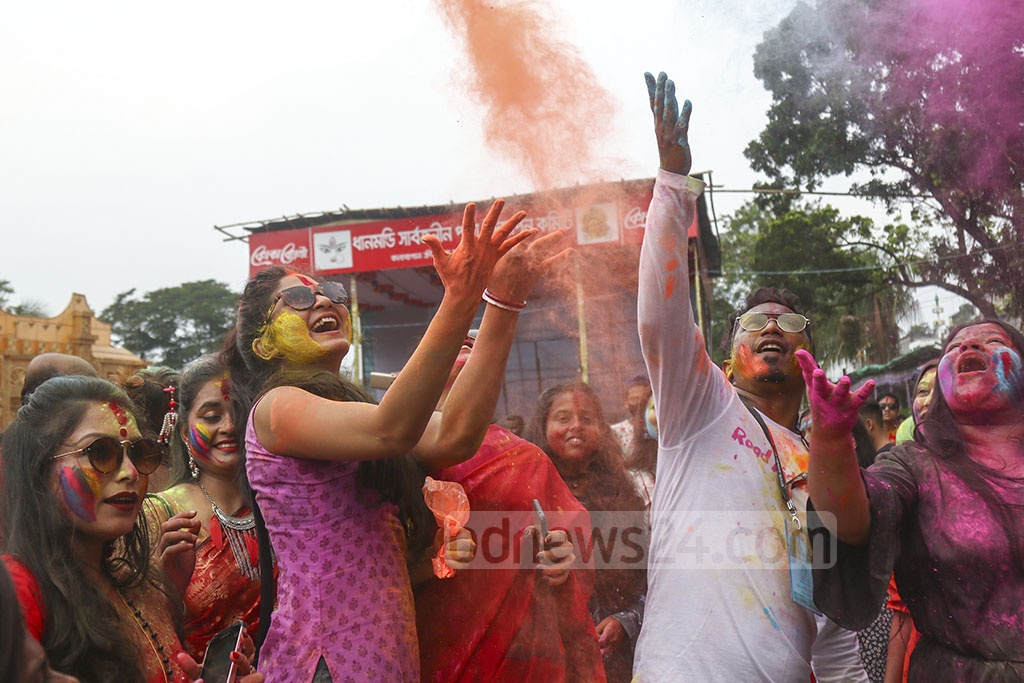 Hindu devotees smear each other with 'abir' (dry colours) in playful jest before the immersion ceremony of Goddess Durga to mark Bijoya Dashami at the capital's Kalabagan Puja Mandap on Tuesday. Photo: Mahmud Zaman Ovi