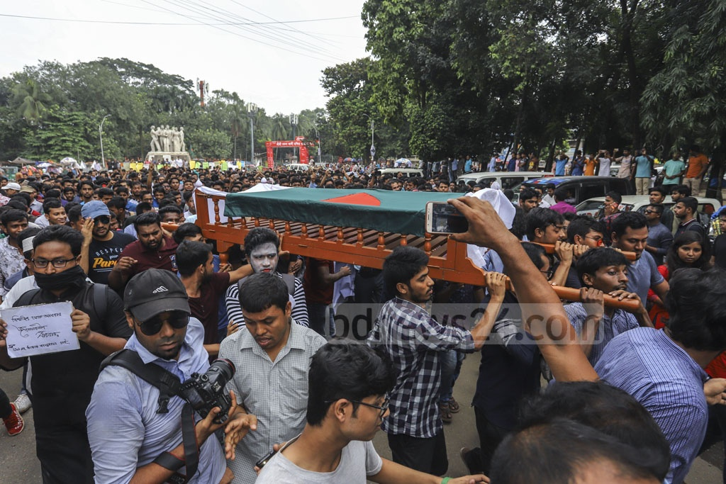 Students carrying a symbolic coffin during a procession on the Dhaka University campus on Tuesday to protest against the murder of Abrar Fahad, a student of BUET, who was allegedly bludgeoned with blunt objects by BCL men. Photo: Asif Mahmud Ove