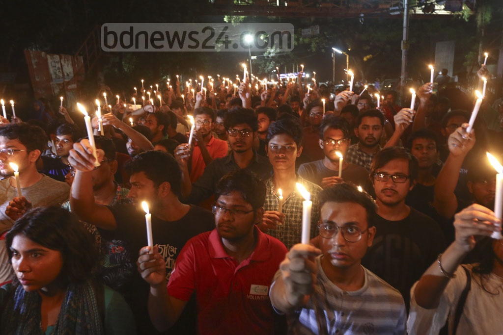 BUET students marched in a silent procession carrying lit-up candles on the campus on Tuesday to register their protest against the murder of their peer Abrar Hossain in a residential hall allegedly by Bangladesh Chhatra League adherents. Photo: Mahmud Zaman Ovi