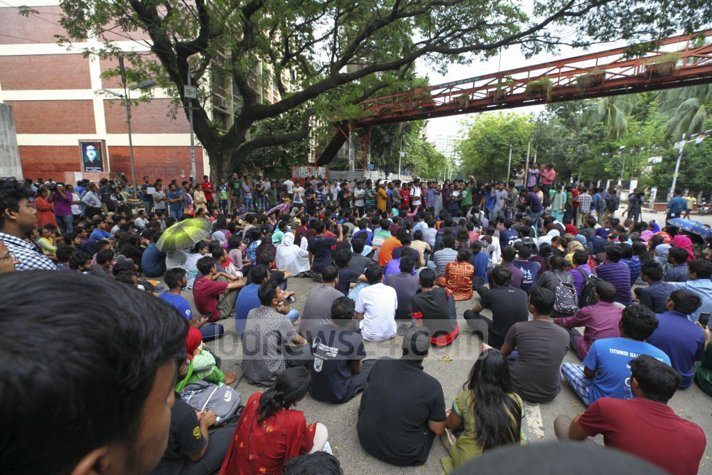 Students demonstrate blocking streets at the Bangladesh University of Engineering and Technology (BUET) campus on Wednesday in protest of the murder of Abrar Hossain in a residential hall allegedly by Bangladesh Chhatra League adherents. Photo: Asif Mahmud Ove