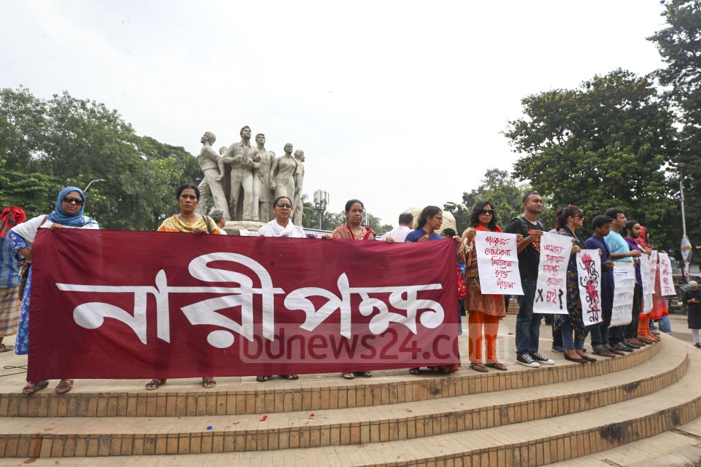 Activists of Naripakkho, a women's rights platform, form a human chain in front of the Raju Memorial Sculpture on the Dhaka University campus on Wednesday in protest of the murder of BEUT student Abrar Hossain in a residential hall allegedly by Bangladesh Chhatra League adherents. Photo: Asif Mahmud Ove