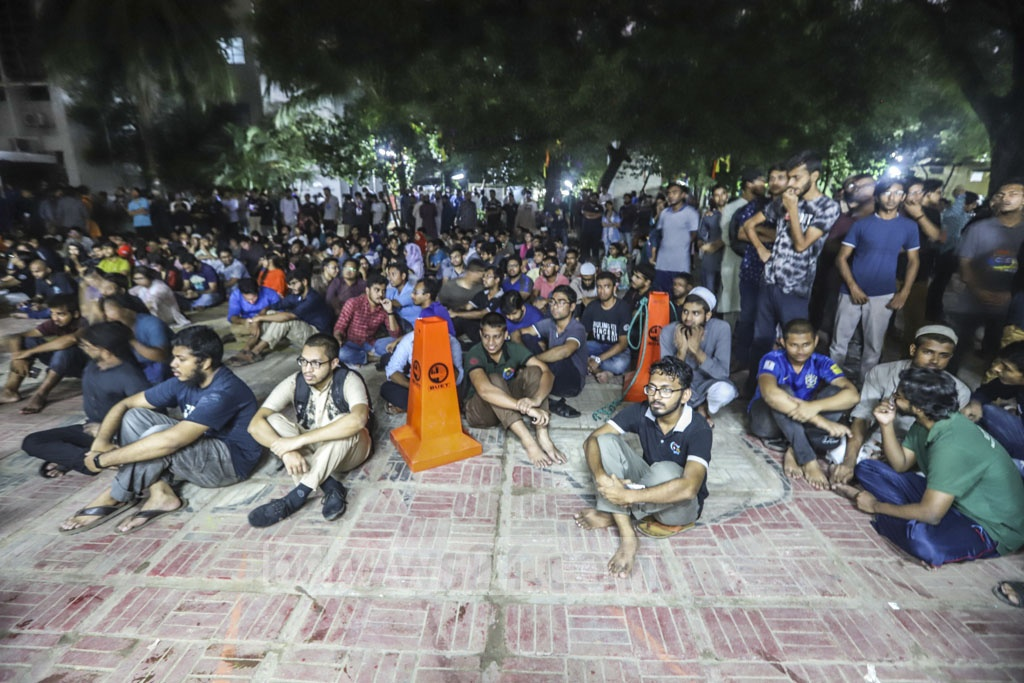 As the venue of the meeting with the vice-chancellor was overcrowded, many BUET students gathered outside the venue on Friday.Photo: Abdullah Al Momin