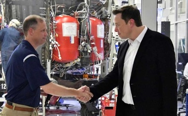 NASA Administrator Jim Bridenstine (L) and SpaceX Chief Engineer Elon Musk shake hands after a tour of SpaceX headquarters in Hawthorne, California, US, Oct 10, 2019. REUTERS