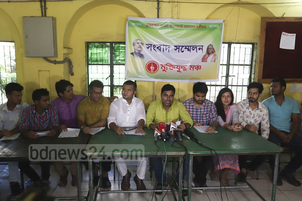 Muktijuddho Mancha holding a media briefing at the Madhu's Canteen on the Dhaka University campus on Saturday urging the BUET authorities to retract its ban on student politics. Photo: Abdullah Al Momin