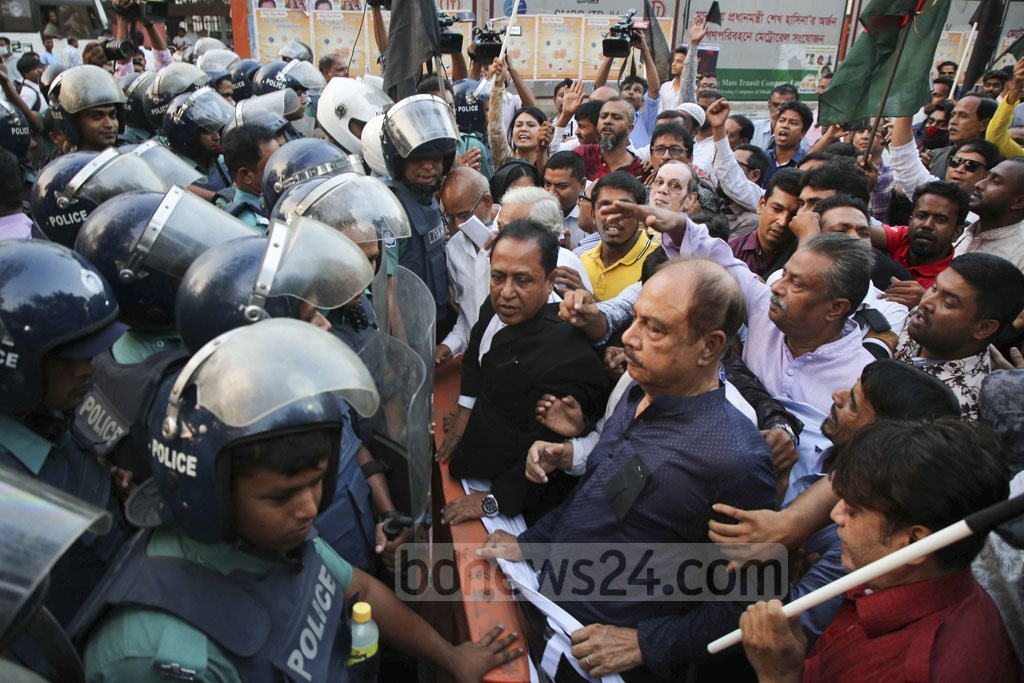Police stopped Jatiya Oikya Front leaders and activists outside the National Press Club after they took out a march mourning slain BUET student Abrar Fahad.
