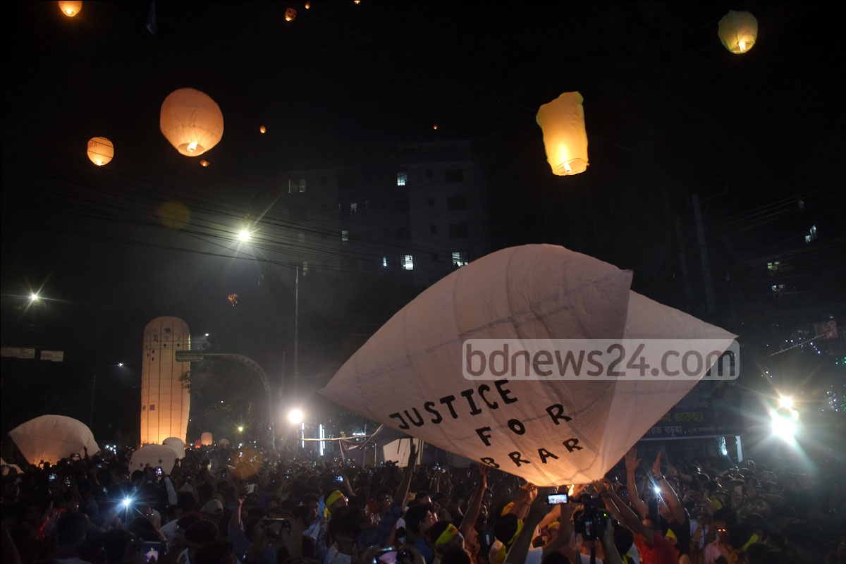 Buddhist devotees released sky lanterns into the sky on the occasion of Probarona Purnima at the Nandankanan Buddhist Vihara in Chattogram on Sunday. Photo: Sumon Babu