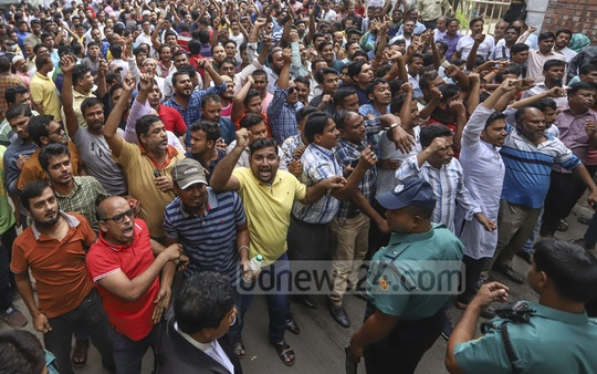 Supporters of expelled Jubo League leader Ismail Hossain Chowdhury Samrat demonstrating at the CMM Court premises on Tuesday demanding his release . Photo: Abdullah Al Momin