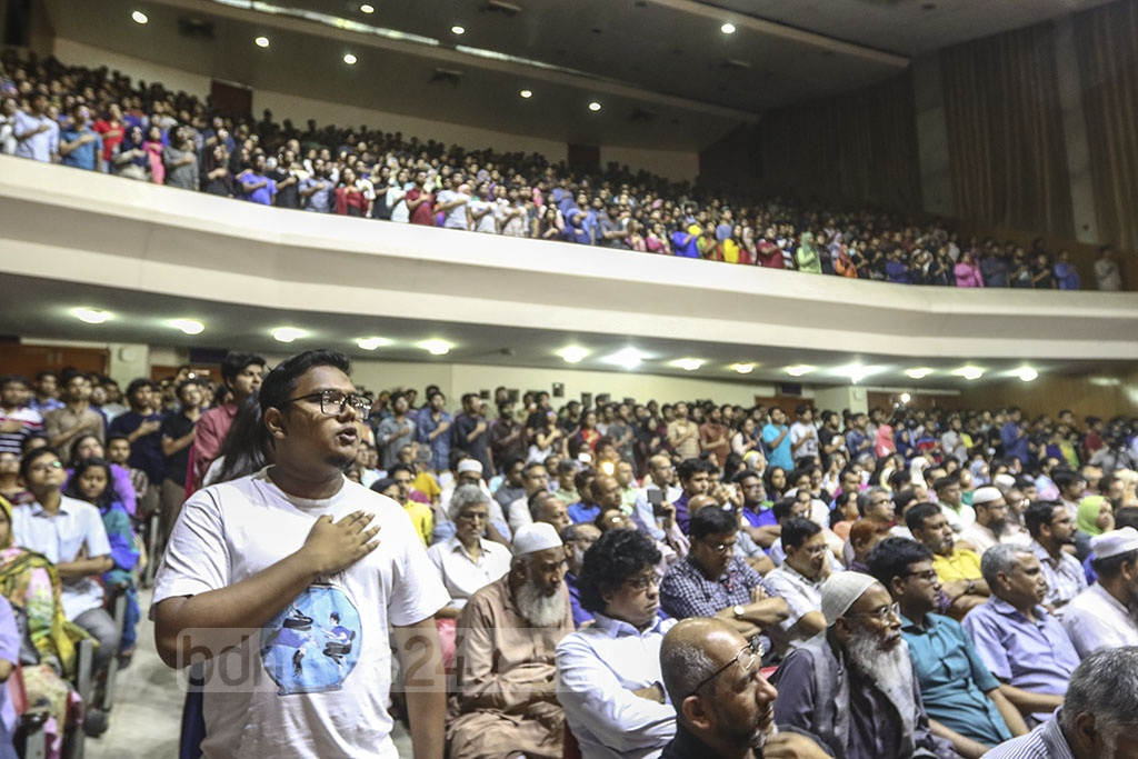 BUET students took an oath to exterminate terror and communal activities from the campus at the university's auditorium on Wednesday. The programme came following days of protests demanding justice for the grisly murder of Abrar Fahad. Photo: Mahmud Zaman Ovi