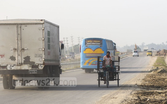 Battery-run vehicles are banned on the highways, but such vehicles are not scarce on the highway at Munshinganj's Srinagar. Photo: Mahmud Zaman Ovi