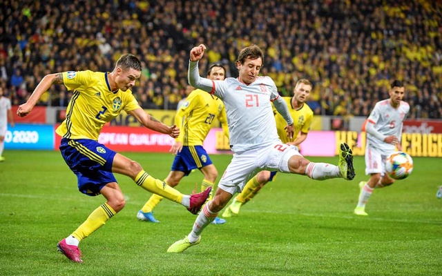 Football - Euro 2020 Qualifier - Group F - Sweden v Spain - Solna, Stockholm, Sweden - October 15, 2019. Sweden's Mikael Lustig and Spain's Mikel Oyarzabal in action. TT News Agency/Anders Wiklund/via REUTERS