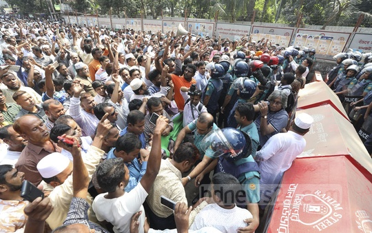 Police stopped members of the Federation of Teachers and Employees of Non-MPO Educational Institutions at Shahbagh in Dhaka on Thursday foiling their march towards the Prime Minister's Office for the demand that the institutions be included in the government's Monthly Pay Order programme.
