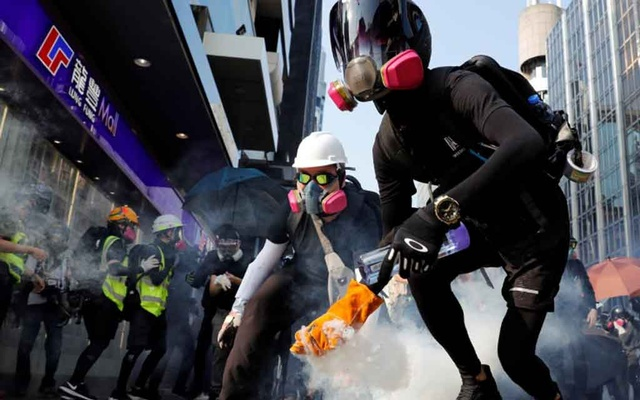 HK police and protesters exchange tear gas and petrol bombs