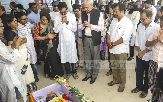 Prime Minister's Adviser to International Affairs Gowher Rizvi pays his last respects to artist Kalidas Karmakar at Dhaka University's Faculty of Fine Arts on Monday. Photo: Abdullah Al Momin