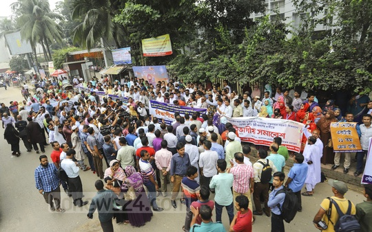 The members of Bangladesh Primary Assistant Teachers' Alliance hold a rally in front of the National Press Club in Dhaka demanding removal of pay gap on Wednesday. Photo: Asif Mahmud Ove