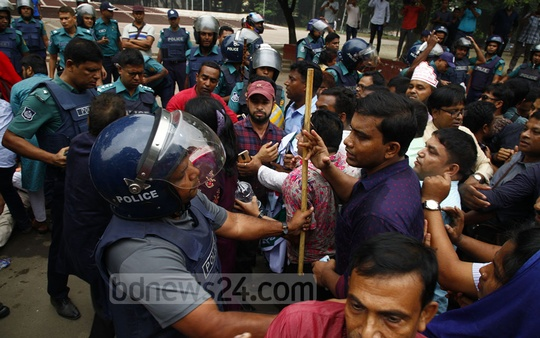 Police dispersed protesters holding a pre-scheduled rally organised on Wednesday by the Bangladesh Primary Teachers' Association at the Central Shaheed Minar in Dhaka demanding an end to pay disparity. Photo: Asif Mahmud Ove