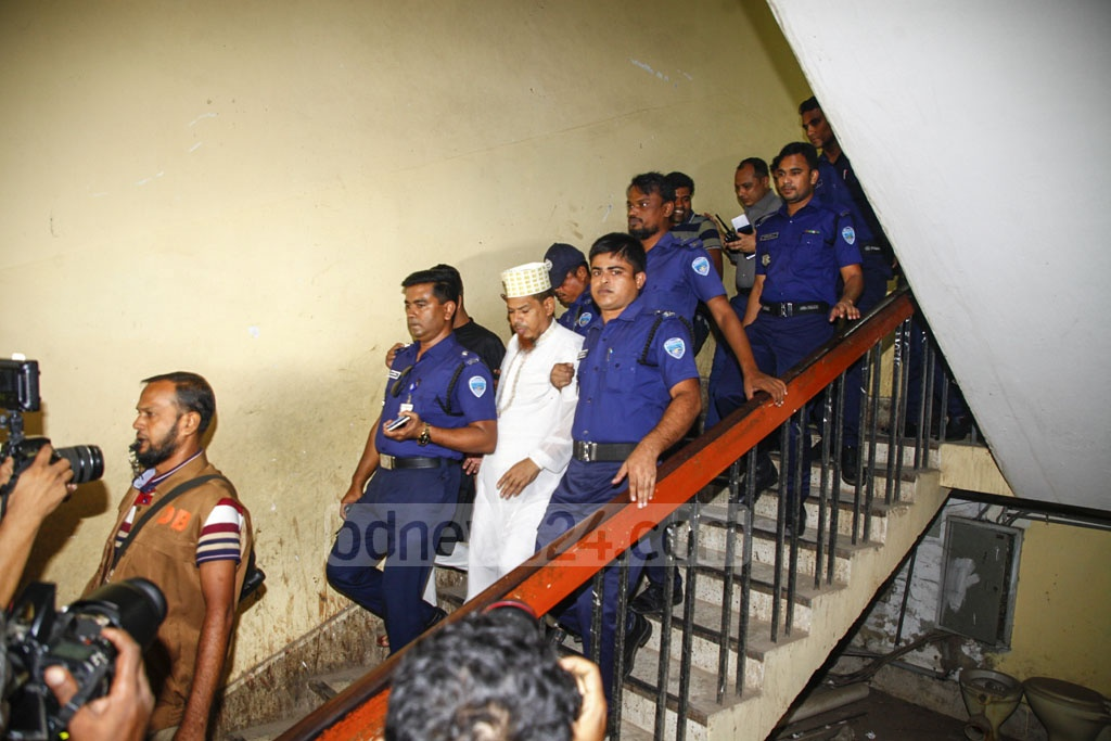 Policemen escorting Sonagazi madrasa principal SM Siraj-ud-Doula, who masterminded the murder of student Nusrat Jahan Rafi for protesting against sexual abuse by him, to the jail in Feni on Thursday after he is sentenced to death.