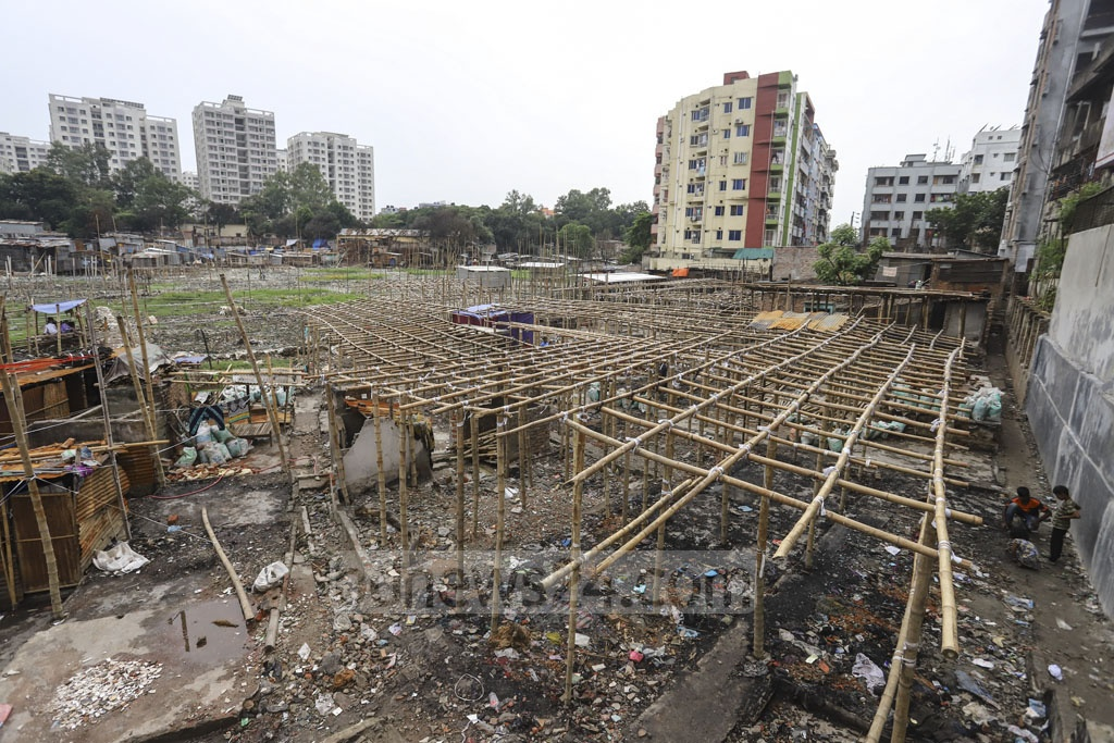 New shanties are being built on the ashes of those burnt down in a devastating fire at Mirpur's Chalantika slum on August 16. Photo: Asif Mahmud Ove