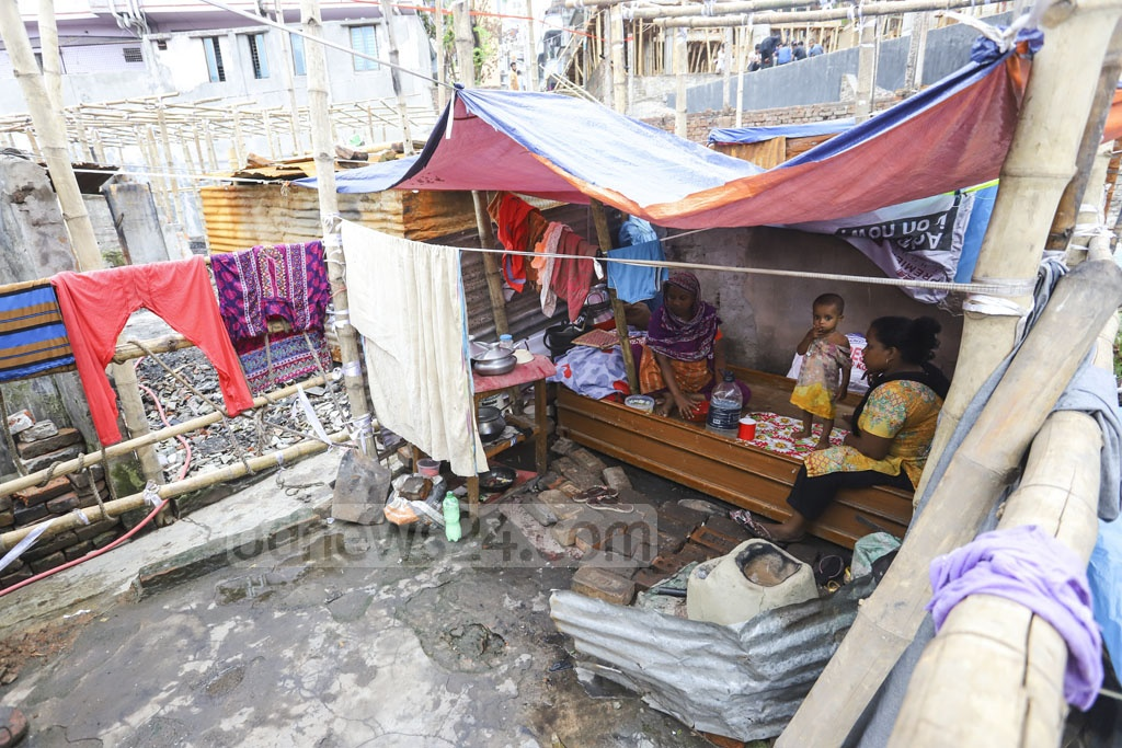 A family lives in a tent on the site of a burnt shanty in Mirpur's Chalantika slum. Photo: Asif Mahmud Ove