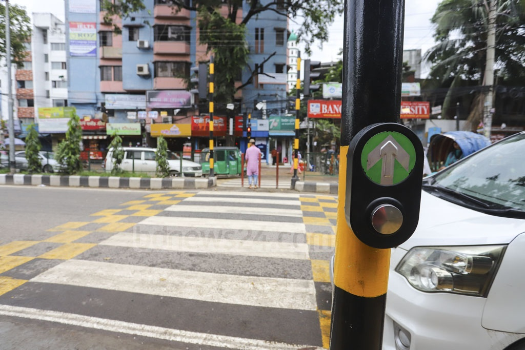 The Dhaka North City Corporation has set up a push-to-walk button with countdown timer traffic signal in front of St Francis Xavier's Green Herald International School on Asad Avenue at Mohammadpur. Photo: Asif Mahmud Ove