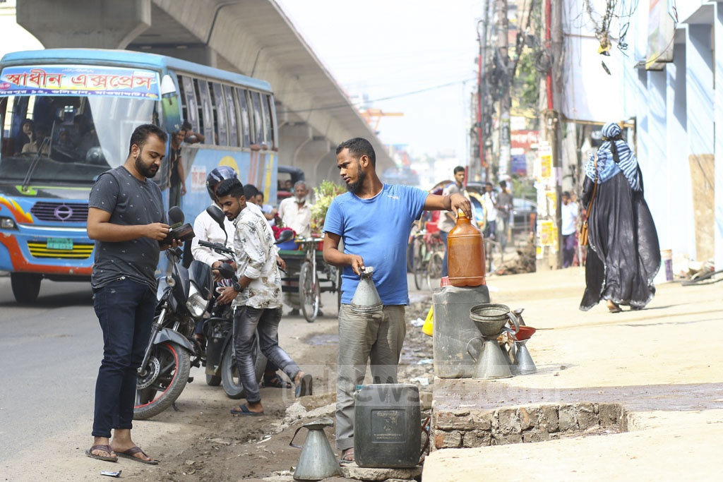 Stolen fuel oil being sold on a street at Pallabi in Dhaka's Mirpur. Photo: Mahmud Zaman Ovi