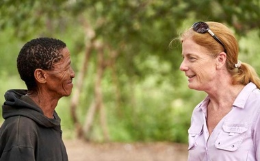 FILE PHOTO: Vanessa Hayes speaks with Headman ǀkun ǀkunta, from an extended Ju/'hoansi family, who provided genome data for a study identifying the ancestral homeland in southern Africa of all living members of our species, in Namibia, Feb 6, 2019. Chris Bennett/Evolving Picture/Handout via REUTERS/File Photo