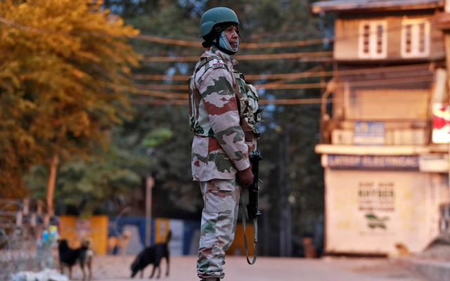 An Indo-Tibetan Border Police (ITBP) officer stands guard on a road in Srinagar Oct 31, 2019. REUTERS