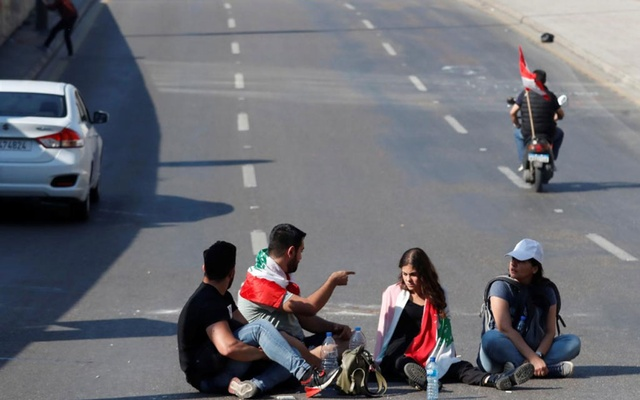 Protesters sit on the road during a road block in Beirut, Lebanon, Nov 4, 2019. REUTERS/Goran Tomasevic