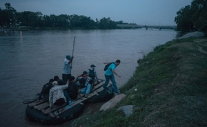 A group of migrants crossing into Ciudad Hidalgo, Mexico from Guatemala on a raft on Jun 17, 2019. The New York Times