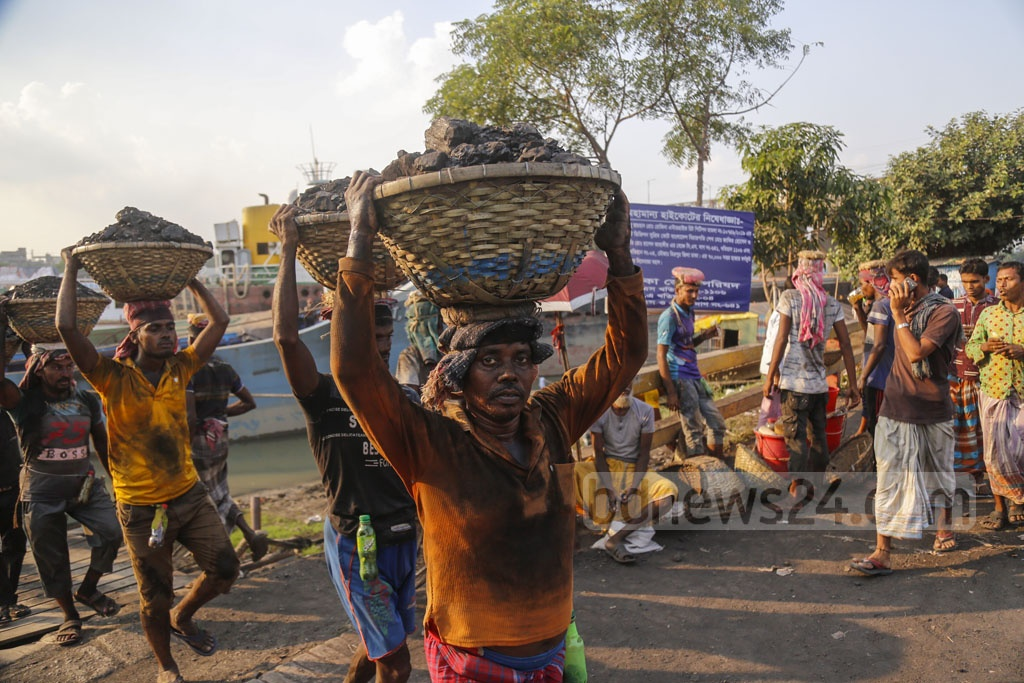 Women and men workers are carrying coal baskets with a towel over their heads. Photo: Mahmud Zaman Ovi