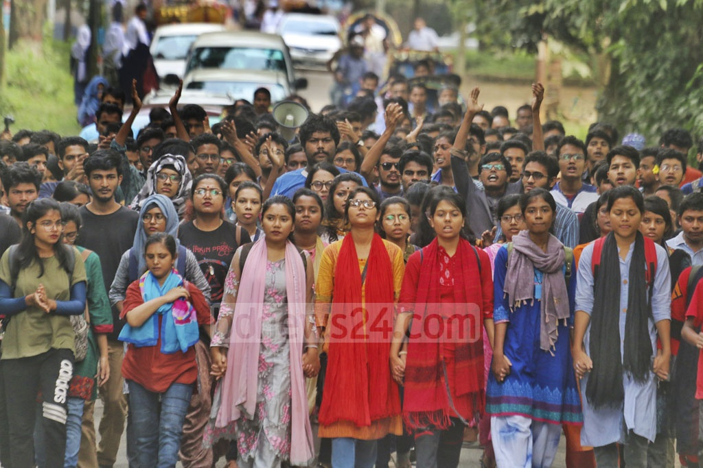 Students defied a ban to demonstrate on the campus on Thursday demanding removal of Jahangirnagar University Vice-Chancellor Farzana Islam.