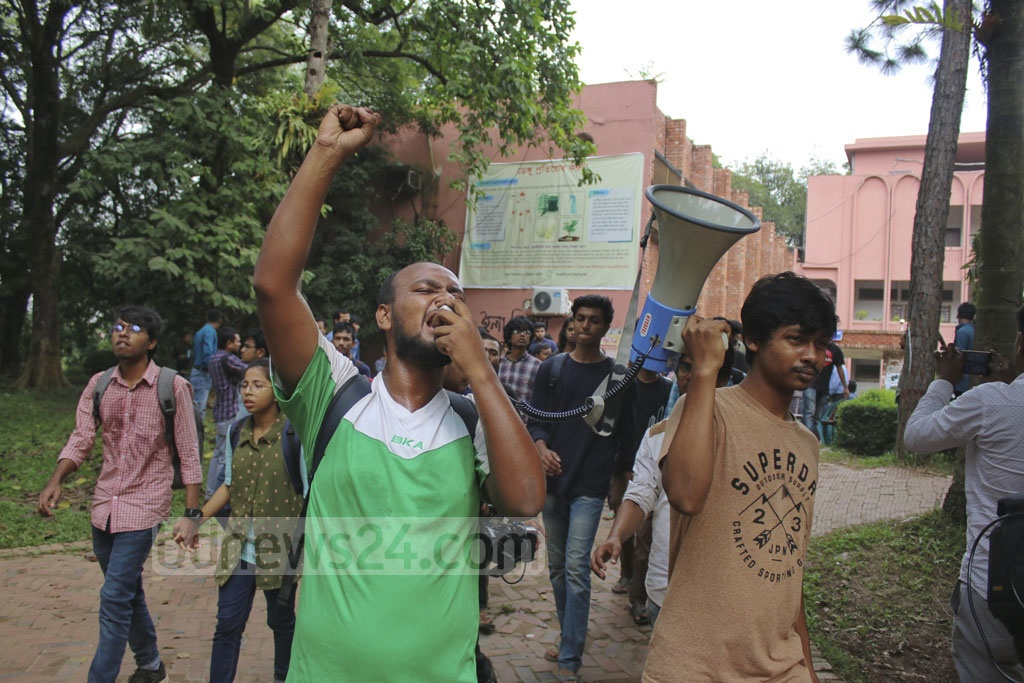 Students demonstrated on the campus on Thursday demanding removal of Jahangirnagar University Vice-Chancellor Farzana Islam.