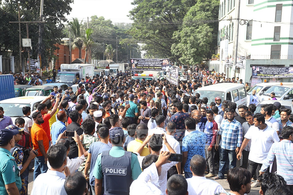 BNP leaders and activists surrounded the hearse of Sadeque Hossain Khoka at the Shahjalal International Airport. Photo: Asif Mahmud Ove