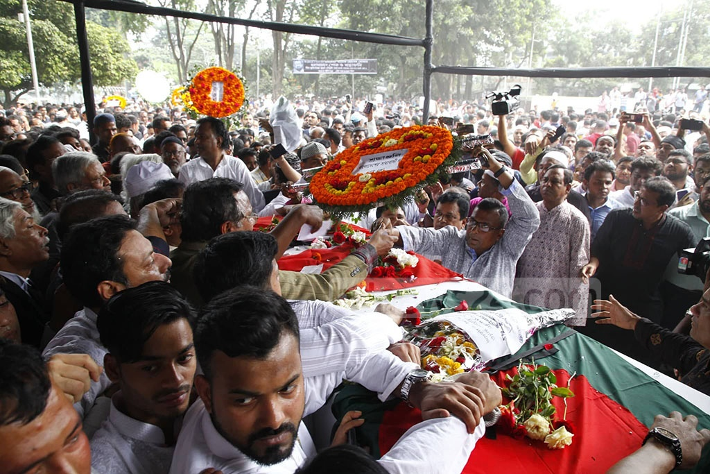 People from all walks of life paying their last tributes to BNP Vice-Chairman and former Dhaka mayor Sadeque Hossain Khoka. Photo: Asif Mahmud Ove