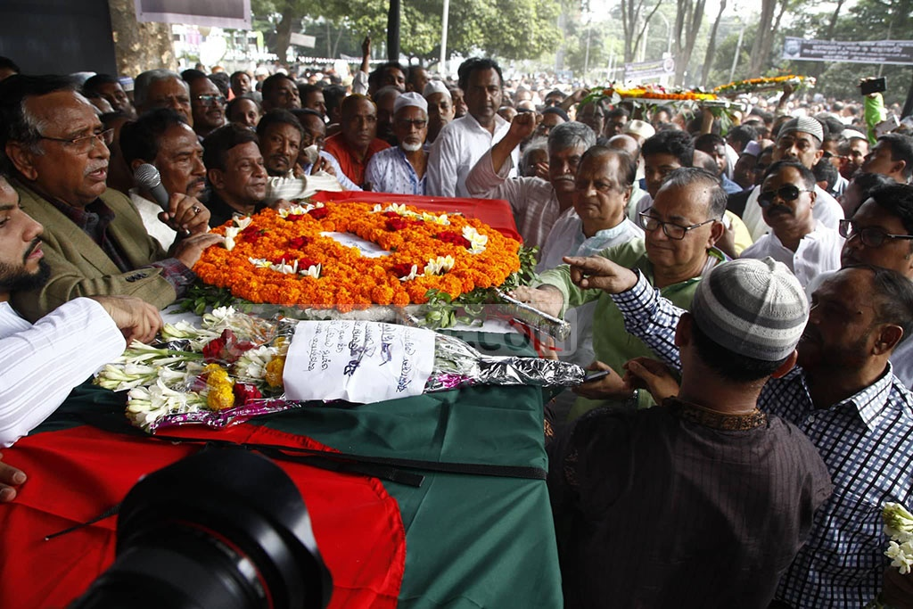 Political, social and cultural organisations paying their last tributes to BNP Vice-Chairman and former Dhaka mayor Sadeque Hossain Khoka at the Central Shaheed Minar on Thursday. Photo: Asif Mahmud Ove