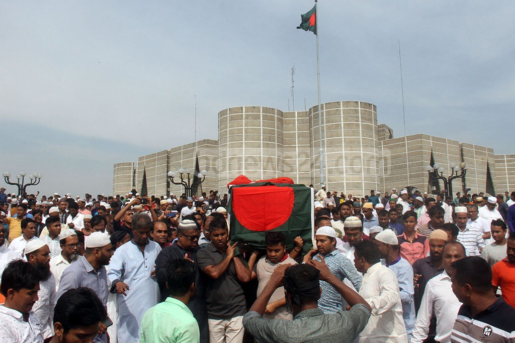 The mortal remains of Sadeque Hossain Khoka being taken to the Central Shaheed Minar in Dhaka from the parliament buidling. Photo: Asif Mahmud Ove