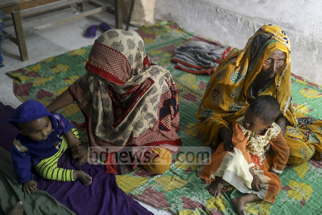 Local residents take shelter at Mongla Port High School in Bagerhat on Saturday as Cyclone Bulbul nears the coast. Photo: Mostafigur Rahman