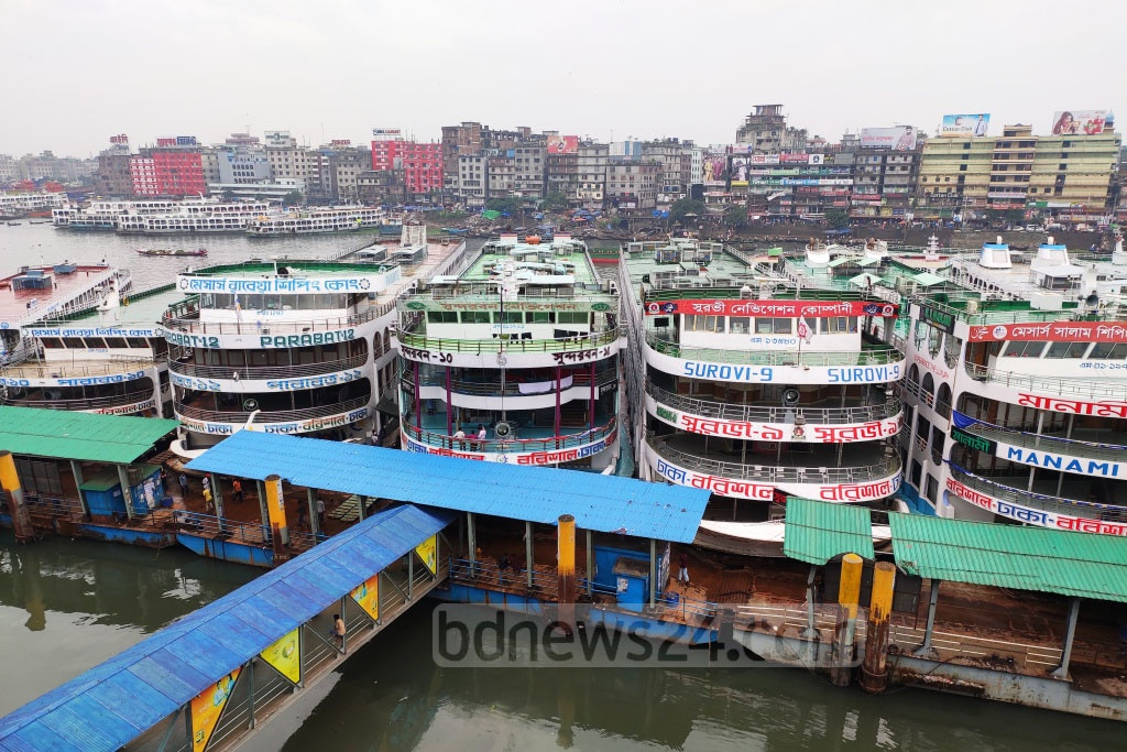 Launches are stranded at the Sadarghat terminal in Dhaka on Saturday as Cyclone Bulbul forces the authorities to suspend water transport services across the country. Photo: Asif Mahmud Ove